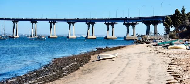 Kust met boten geparkeerd op zand in san diego Gratis Foto