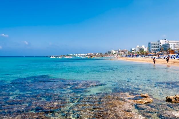 Kustlijn van ayia napa met strand en hotels. district famagusta. cyprus Premium Foto