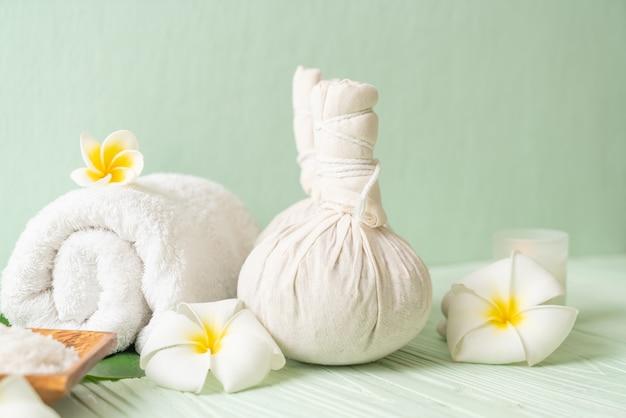 Kuuroord kruiden samenpersende bal met kaars en orchidee Premium Foto