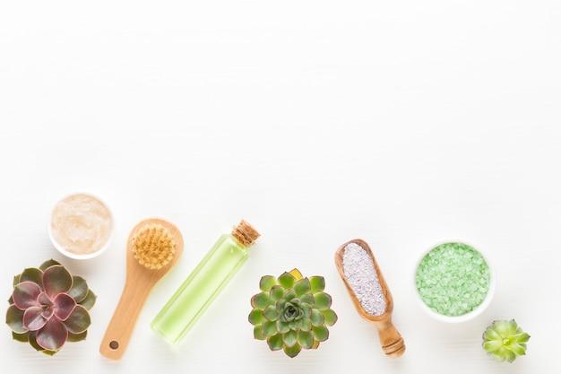 Kuuroordachtergrond met copyspace. spa wellnes wenskaart. aromatherapie-thema, handgemaakte bio-cosmetica. plat leggen. Premium Foto