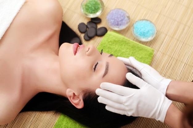 Kuuroordmassage voor vrouw met gezichtsmasker op gezicht Premium Foto
