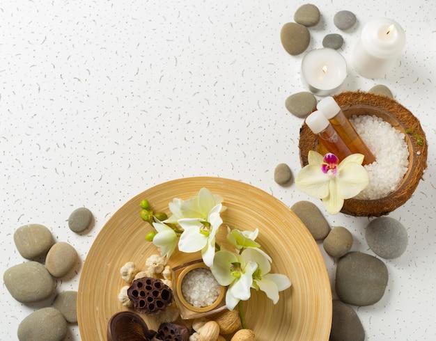 Kuuroordproducten met orchideeën Premium Foto