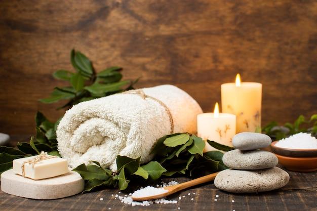 Kuuroordregeling met handdoek, zeep en zout Gratis Foto