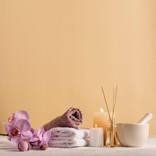 Kuuroordregeling met handdoeken en bloemen Gratis Foto
