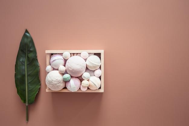 Kuuroordsamenstelling met punten voor lichaamsverzorging op een gekleurde muur Gratis Foto