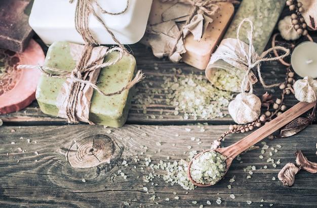 Kuuroordstilleven op een houten achtergrond Gratis Foto