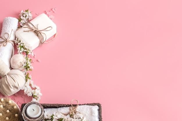 Kuuroordstilleven op roze achtergrond met de lentebloemen Gratis Foto