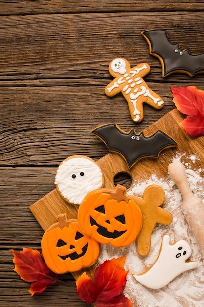 Kwade halloween-koekjes op een houten achtergrond Gratis Foto