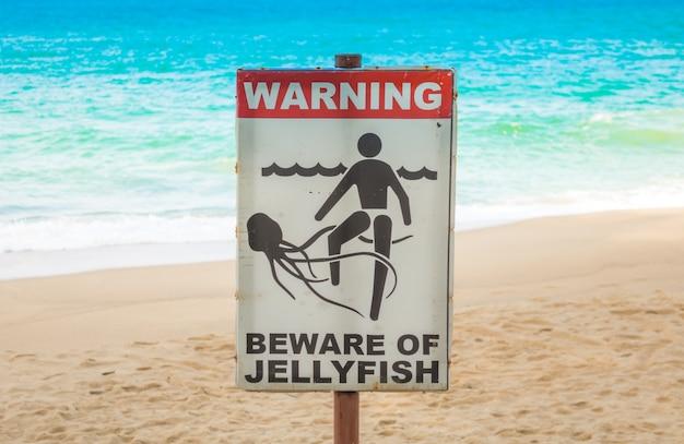Kwallen waarschuwingsbord op het strand. Gratis Foto