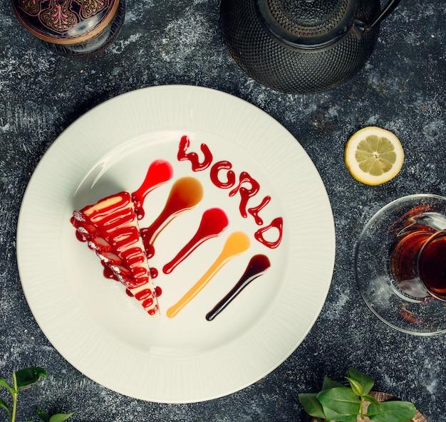 Kwarktaart met aardbeien sirope bovenaanzicht Gratis Foto