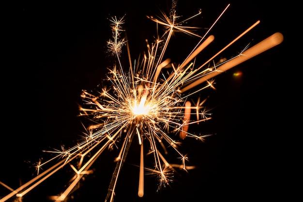 Laag hoek nieuwjaarsverjaardag met vuurwerk Gratis Foto