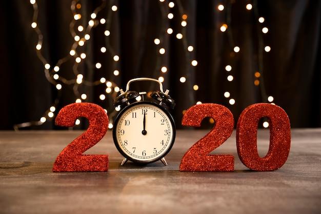 Laag hoek rood teken met nieuwe jaardatum Gratis Foto