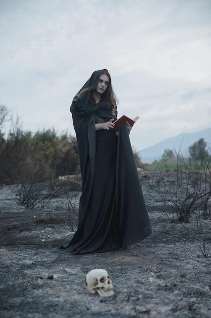 Laag lang shot van een magiër in zwart Gratis Foto