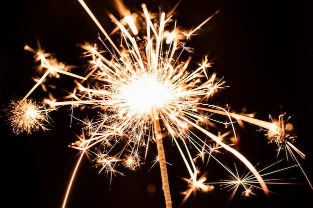 Laag licht mooi gouden vuurwerklicht op hemel Gratis Foto