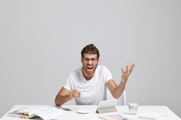 Laat me met rust. headshot van geërgerd woedend geërgerd ongeschoren zakenman geïrriteerd gebaar maken Gratis Foto