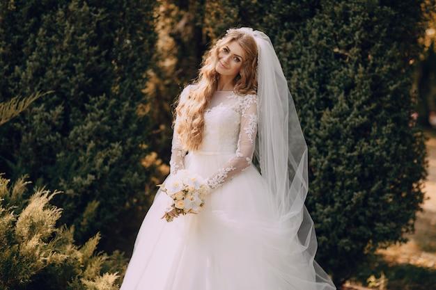 Lachend bruid met een boiquet Gratis Foto