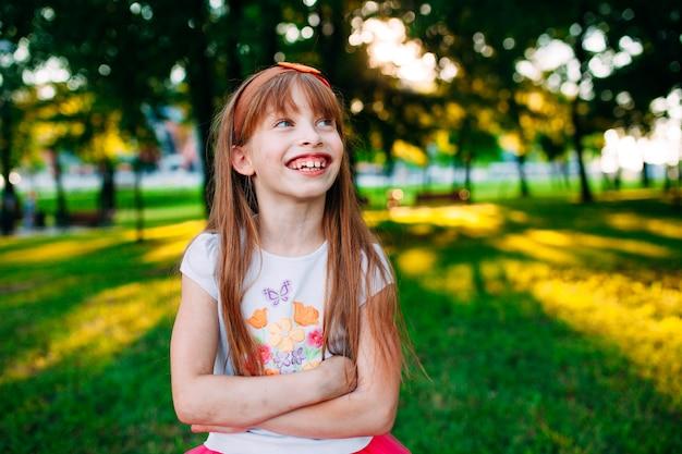 Lachend meisje, vrolijk portret. Premium Foto