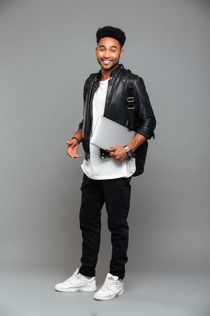Lachende jonge afrikaanse man Gratis Foto