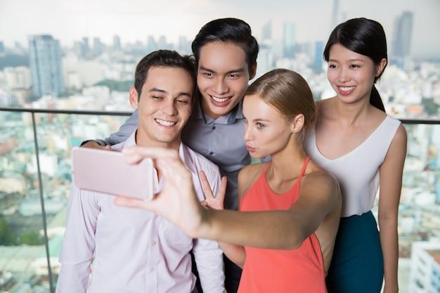 Lachende mensen die selfie foto met smartphone Gratis Foto