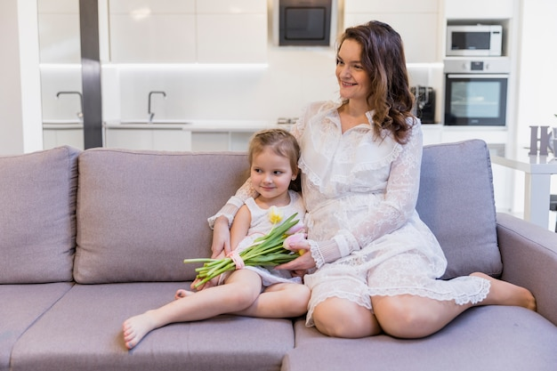 Lachende moeder en dochter tijd samen doorbrengen thuis Gratis Foto