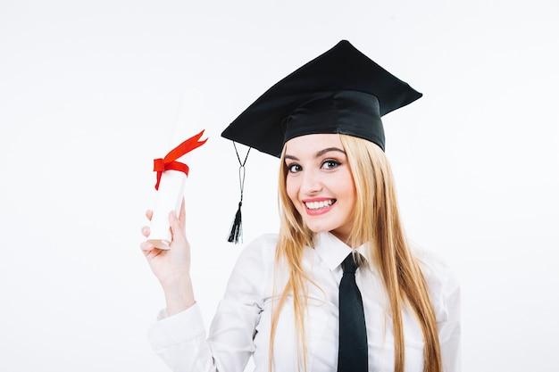 Lachende vrouw die gediplomeerd certificaat toont Gratis Foto