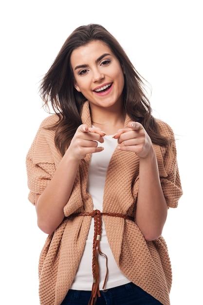 Lachende vrouw die naar je wijst Gratis Foto