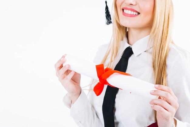 Lachende vrouw gelukkig met afstuderen Gratis Foto