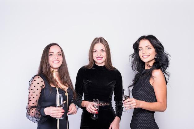 Lachende vrouwen in avondkleding met een bril Gratis Foto