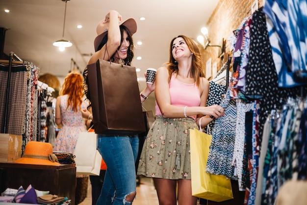 Lachende vrouwen kleren kiezen Gratis Foto