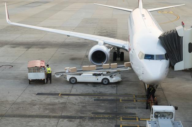 Lading vracht op het vliegtuig op de luchthaven. vrachtvliegtuig laden of lossen in de luchthaven. Premium Foto