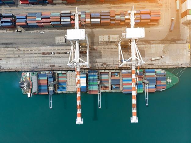 Ladingscontainer in de haven van de dokkenwerf met vrachtschip die grote tank voor de uitvoerconcept laden. Premium Foto