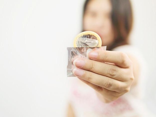 Lady geeft condoom, veilige seks en anticonceptie-concept. Gratis Foto