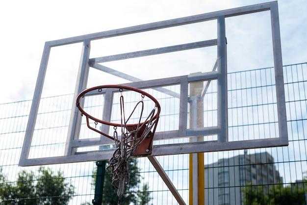 Lage de hoekschot van de basketbalhoepel Gratis Foto