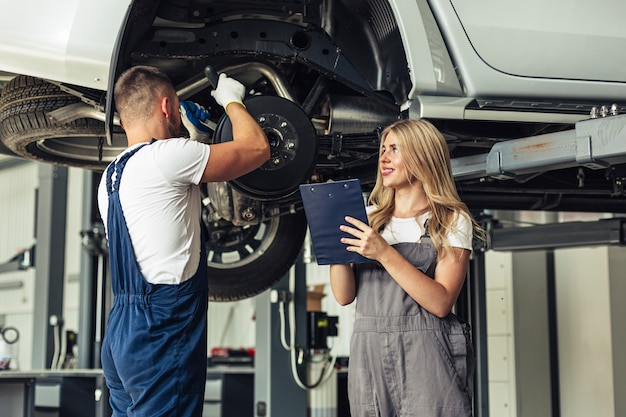 Lage hoek auto service medewerker werkt Gratis Foto