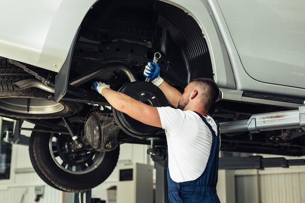 Lage hoek autoservice om wielen te verwisselen Gratis Foto