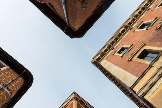 Lage hoek bekijken van traditionele gebouwen in de woonwijk malasaã ± a in madrid, spanje. Premium Foto