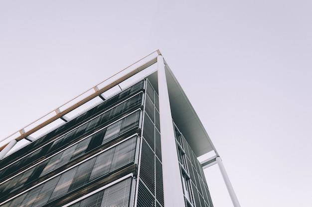 Lage hoek die van de hoek van een hoog bedrijfsgebouw is ontsproten Gratis Foto