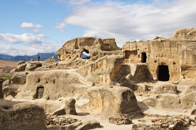 Lage hoek die van de oude rots uitgehouwen stad uplistsikhe in georgië is ontsproten Gratis Foto