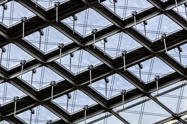 Lage hoek die van een glazen plafond van een gebouw met interessante patronen is ontsproten Gratis Foto