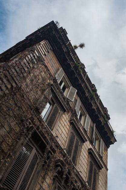 Lage hoek die van een oud gebouw is ontsproten Gratis Foto