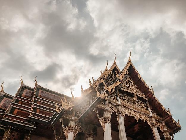Lage hoek die van mooi ontwerp van een tempel in bangkok, thailand is ontsproten Gratis Foto
