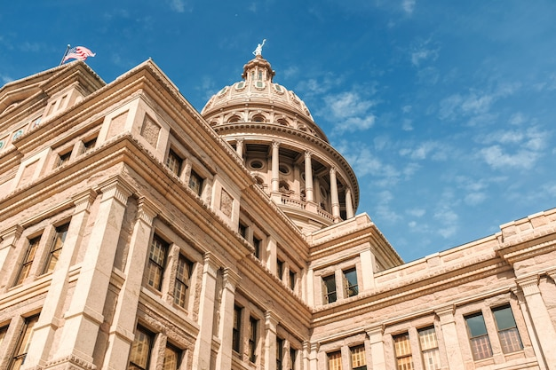 Lage hoek die van texas capitol-de bouw onder een mooie blauwe hemel is ontsproten. austin stad, texas Gratis Foto