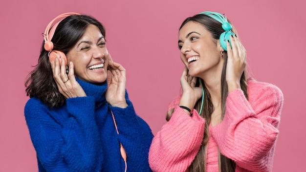 Lage hoek dochter en moeder muziek luisteren Gratis Foto