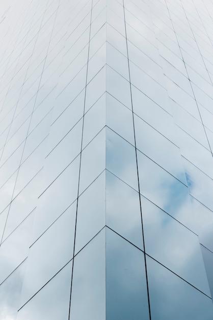 Lage hoek gebouw met glazen ontwerp Gratis Foto