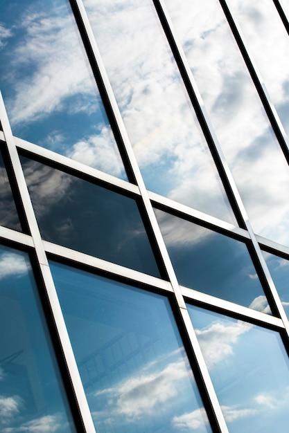 Lage hoek gebouw met grote ramen Gratis Foto