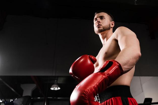 Lage hoek man training als een bokser Gratis Foto