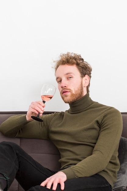 Lage hoek mannelijke wijn drinken Gratis Foto