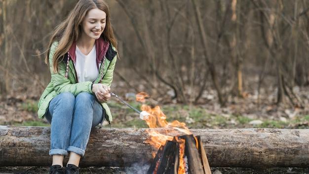 Lage hoek meisje koken marshmallow Gratis Foto