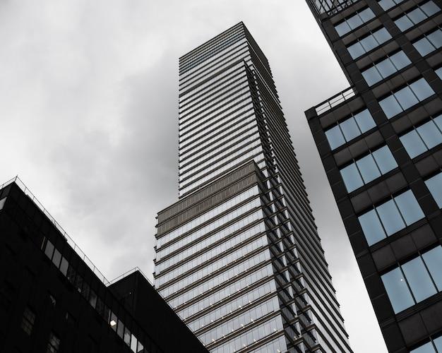 Lage hoek moderne wolkenkrabbers Gratis Foto