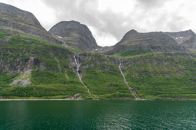 Lage hoek opname van de prachtige bergen aan de kust in noord-noorwegen Gratis Foto